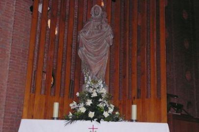 Virgen en interior iglesia